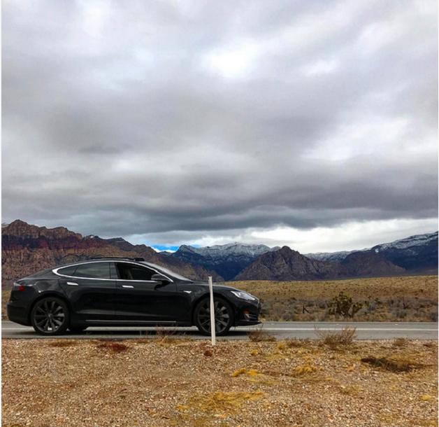 Бизнесмен еле выбрался из пустыни, не сумев разблокировать Tesla из-за отсутствия связи