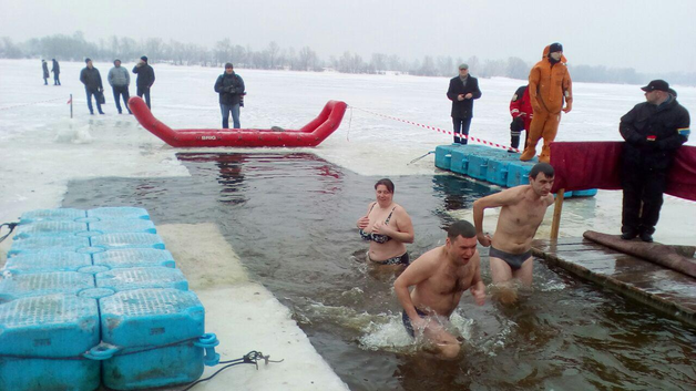 Крещение в Киеве: на Оболони одни в шубах, другие без трусов