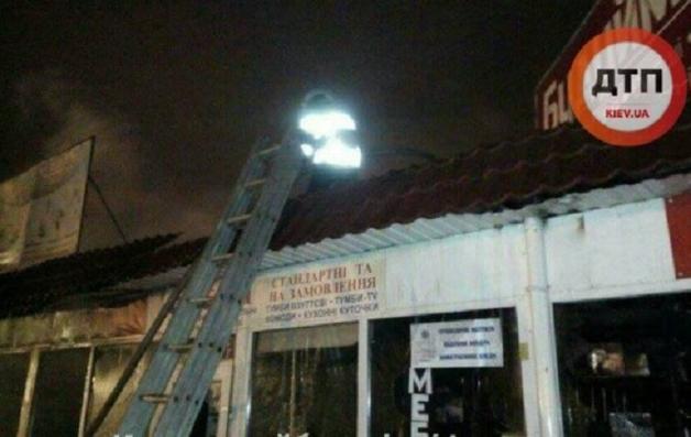 Ночью в Киеве сгорели киоски на Демеевском рынке