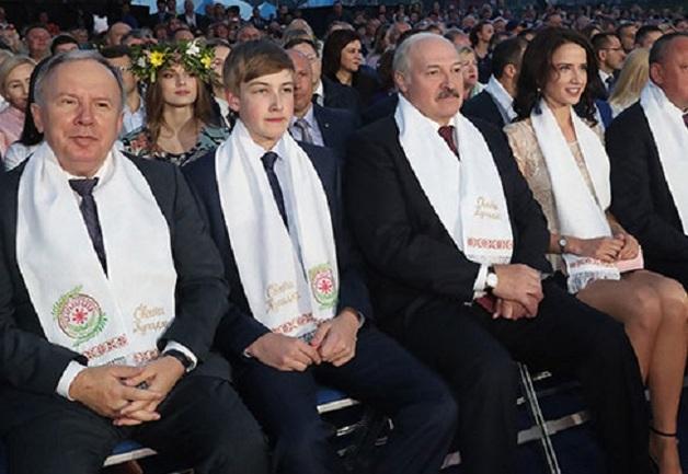У Лукашенко новая пассия: опубликовано фото неизвестной брюнетки