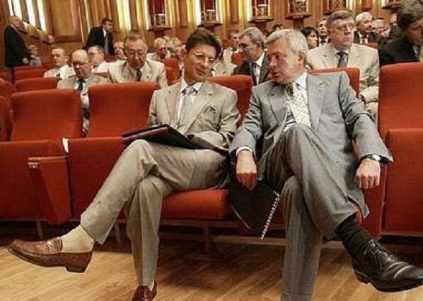 Тени Алекперова и Михалкова на могилах покойных московских банков