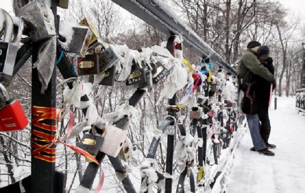 Вандалы повредили одно из самых романтических мест в Киеве