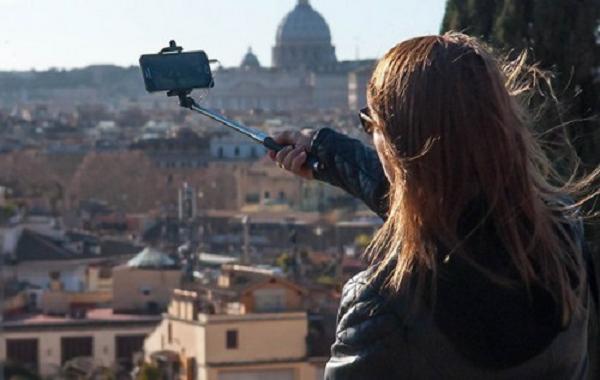 В Милане запретили селфи-палки, фейерверки, напитки в жестяных банках и уличный фаст-фуд