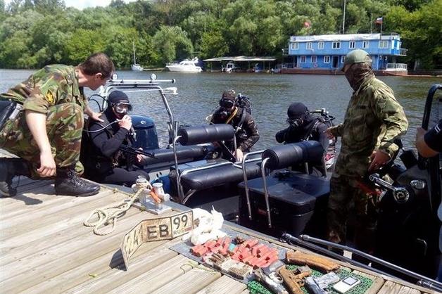 Пловцы Росгвардии обнаружили в Москве-реке боевой арсенал