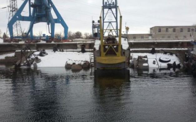 В Каменском порту затонула баржа: в Днепр вылилось 300 тонн мазута