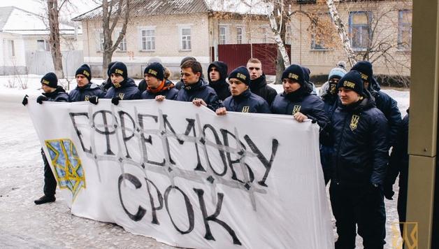 «Ефремова за решетку». Активисты передали экс-регионалу сухари и чай