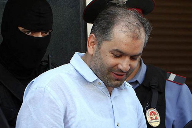 Внедорожник привез помощника депутата на процесс