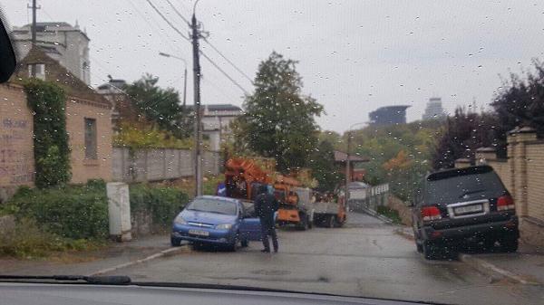 На участке земли, который связывают с Порошенко, возле Царского села в Киеве начались строительные работы