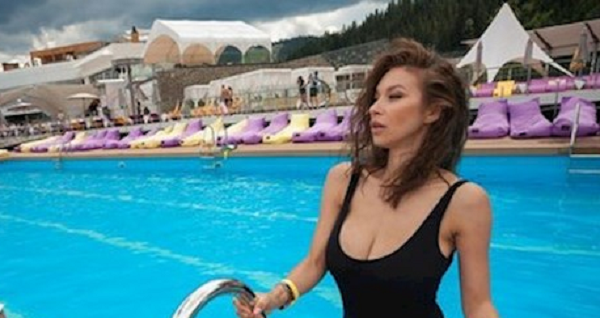 Пышногрудая жена Ступки поссорила соцсеть снимком своей фигуры
