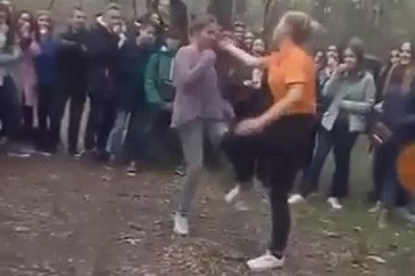 """На Херсонщине школьницы устроили жестокий """"бой без правил"""""""