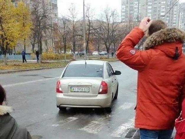 В Киеве неизвестные на глазах у прохожих затолкали женщину в авто и скрылись