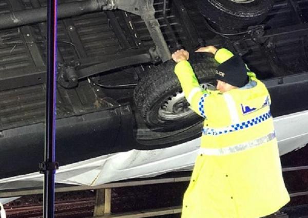 Британский полицейский 15 минут держал свисающий с моста грузовик