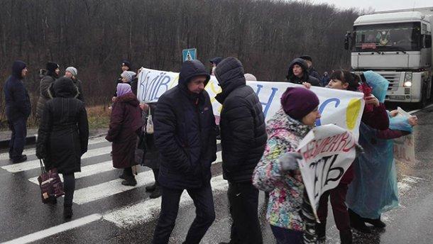 Под Харьковом люди блокировали дорогу из-за холода в домах
