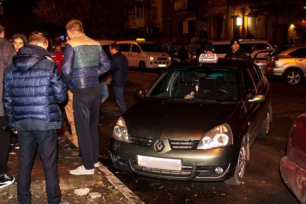 У ночного клуба в Днепре пьяные пассажиры избили таксиста и повредили ему машину