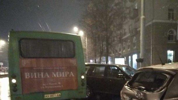 В Харькове маршрутка протаранила две иномарки