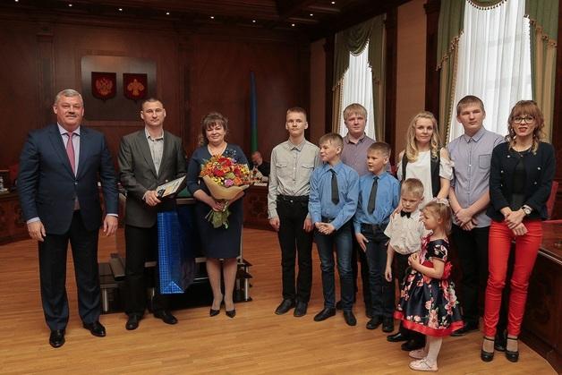 В России матери девятерых детей, победившей в конкурсе «Семья года», вручили термос