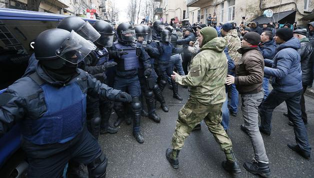 У изолятора, где содержится Саакашвили, произошли столкновения