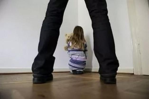 Отец воспользовался беспомощной дочерью