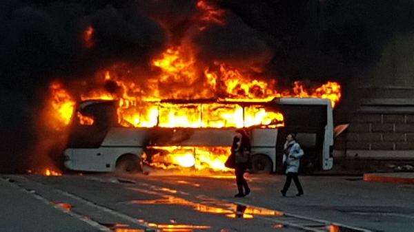 Появились кадры с горящим автобусом в Петербурге