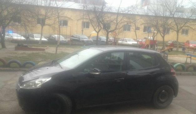 Во Львове женщина «под наркотиками» полкилометра провезла на капоте патрульного