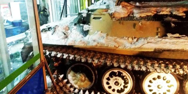 За бухлом на БТР: россиянин угнал тягач, чтобы украсть бутылку вина