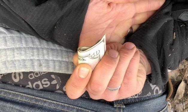 Работник Киевской таможни попался на взятке в 400 долларов