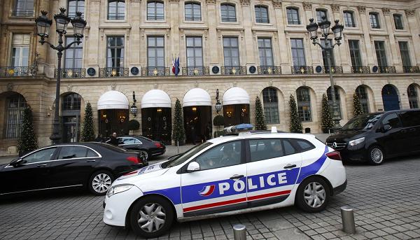 Грабители потеряли сумку с драгоценностями, которые они вынесли из отеля Ritz в Париже