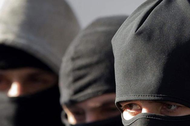 В Москве люди в балаклавах с автоматами похитили бизнесмена со знакомым, вывезли их в промзону, избили и забрали 2 млн рублей