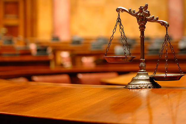 Запивал водой: работники суда рассказали, как юрист съел дело автоледи