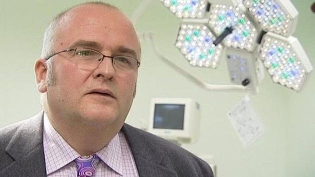 Штраф и общественные работы: суд вынес приговор врачу, который ставил автографы на органах пациентов