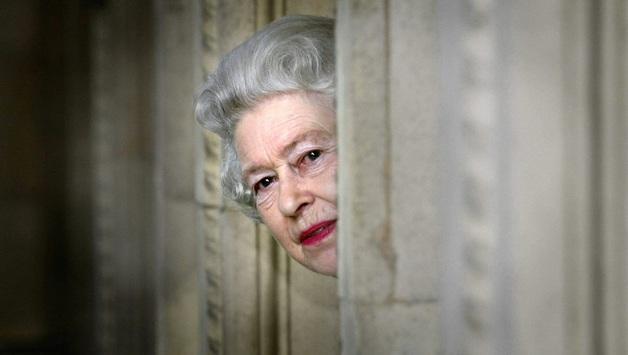 Слишком длинный язык: Елизавета II сменила поставщика нижнего белья королевскому двору