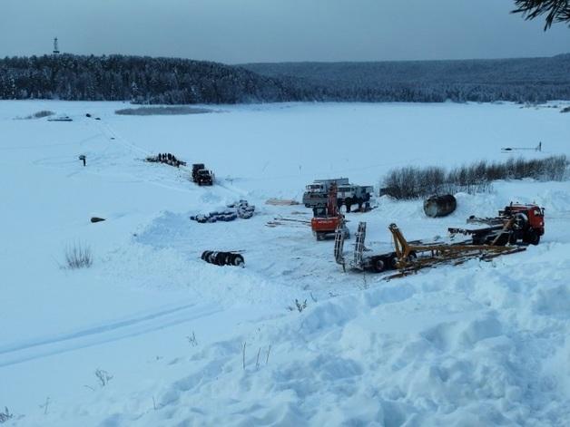 В России трактор доставал из воды кран, который доставал бензовоз — все утонули