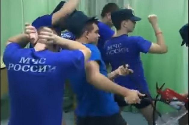 Юноши в футболках МЧС станцевали в поддержку ульяновских курсантов