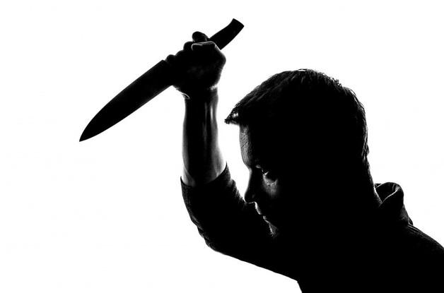 Мужчина согласился на секс втроём и получил ножом в грудь от жены