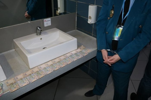 Таможенники Харьковского аэропорта за взятки не сообщали иностранным коллегам о перевозке контрабанды