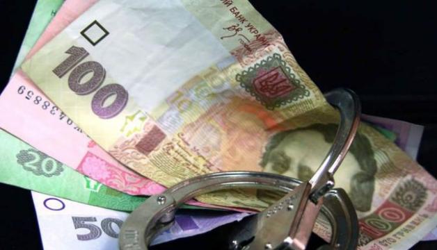 В Киеве пойманный на взятке фискал пытался сбежать и избавиться от денег