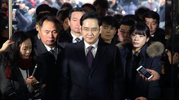 Главу корпорации Samsung выпустили из тюрьмы