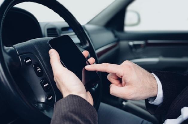 Водителям запретили использовать телефон даже в стоящей машине