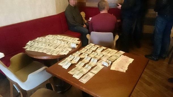 СБУ задержала на взятке организатора незаконной добычи янтаря в Ровенской области