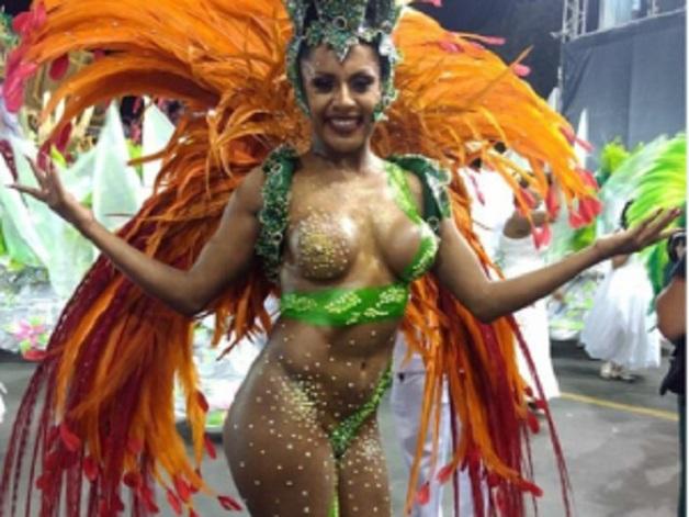 Знойную бразильянку подвело белье во время карнавала