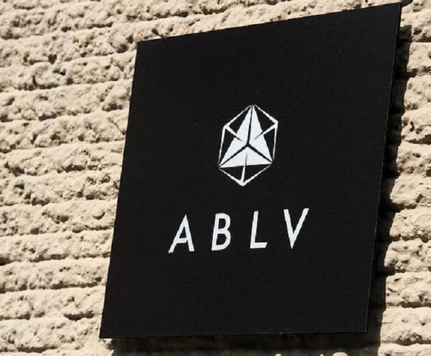 ABLV обвинен= в= масштабной= отмывке= денег,= банк= лишают= доступа= к= финансовой= системе= сша