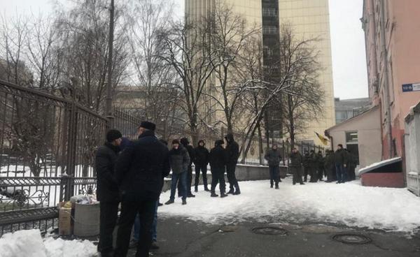 На суд к Труханову пришли толпы людей в черном