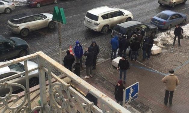 В Киеве парни в медицинских масках пытались избить Вятровича