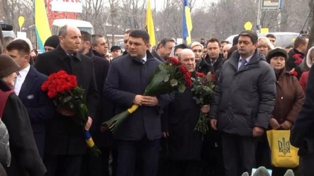 Гройсмана и Парубия «заплевали» во время возложения цветов к памятнику Небесной сотни