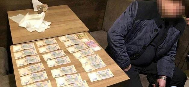 Менеджера «Укрзализныци» задержали при получении 10,5 тысяч гривен взятки
