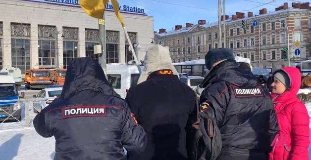 В России задержали активиста с флагом Украины