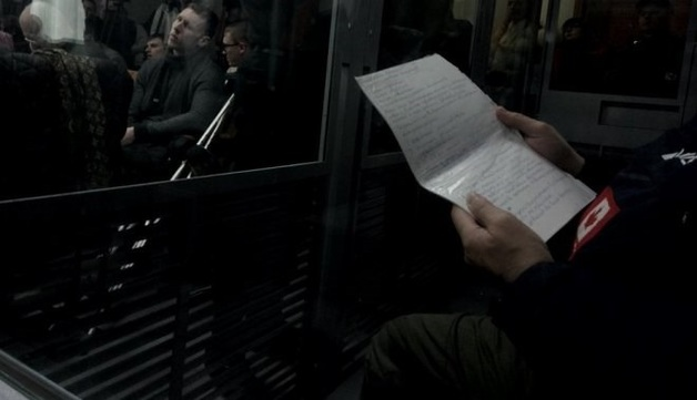 """Сожалеть и извиняться: у Дронова на суде заметили шпаргалку с """"инструкцией"""". Опубликовано фото"""