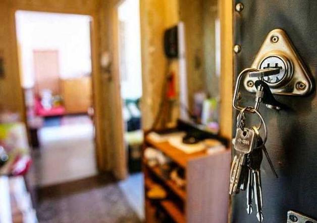 Украинцев начали выселять из квартир за долги банкам