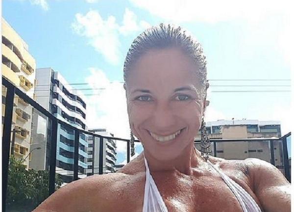 Популярная фитнес-модель с идеальной грудью снялась полностью обнаженной