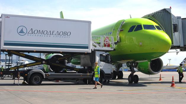 В Домодедово золотые слитки пробили дно самолета